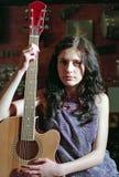 Donkerbruine vrouw met gitaar royalty-vrije stock fotografie