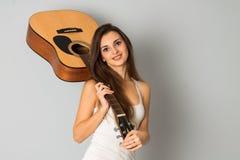 Donkerbruine vrouw met gitaar in handen Royalty-vrije Stock Afbeeldingen
