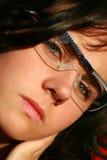 Donkerbruine vrouw met groene ogen stock foto's