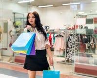Donkerbruine vrouw met kleurrijke het winkelen zakken royalty-vrije stock foto