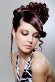 Donkerbruine vrouw met manier creatief kapsel Royalty-vrije Stock Foto
