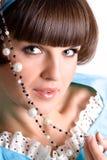 Donkerbruine vrouw met parelparels Royalty-vrije Stock Foto's