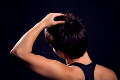 Donkerbruine vrouw met zich het korte haar uitrekken Stock Afbeeldingen