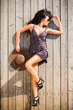 Donkerbruine vrouw op sundeck Stock Foto