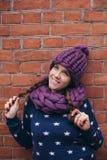 Donkerbruine vrouw in purpere gebreide hoed en sjaal Stock Fotografie