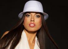 Donkerbruine vrouw in witte hoed royalty-vrije stock foto