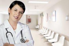 Donkerbruine vrouwelijke arts op plicht bij de hal van ER Royalty-vrije Stock Fotografie