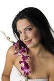 Donkerbruine vrouwen met orchidee Royalty-vrije Stock Fotografie