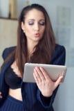 Donkerbruine vrouwen online flirt stock afbeelding