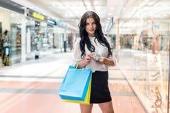 Donkerbruine vrouwen tellende dollars bij het winkelen stock foto