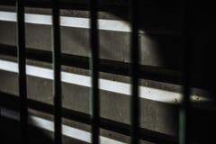 Donkere abstracte achtergrond met de schaduw van de metaalbar Royalty-vrije Stock Foto's