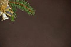 Donkere achtergrond met de tak van de Kerstmisspar en decoratieve klok Royalty-vrije Stock Afbeeldingen