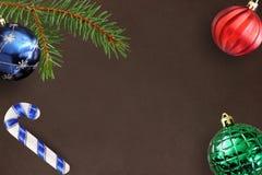 Donkere achtergrond met de tak van de Kerstmisspar, stok, blauwe, groene geribbelde en rode bal Royalty-vrije Stock Afbeelding