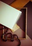 Donkere achtergrond met gouden gefladderd document royalty-vrije stock afbeelding