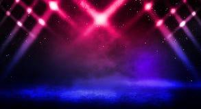 Donkere achtergrond van de straat, de dikke mist, de schijnwerper, het blauwe en rode neon stock fotografie