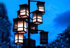 Donkere avondcityscape lantaarns stock afbeeldingen
