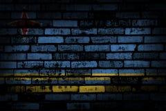 Donkere bakstenen muur backround of textuur met het mengen van de vlag van Aruba Royalty-vrije Stock Fotografie