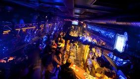 Donkere bar in de ondergrondse nachtclub Stock Foto's
