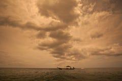 Donkere bewolkte stormachtige hemel Stock Foto