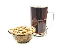 Donkere bier en pistaches Stock Foto's