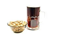 Donkere bier en pistachesclose-up Royalty-vrije Stock Afbeelding