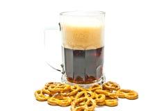 Donkere bier en pretzels Royalty-vrije Stock Afbeelding
