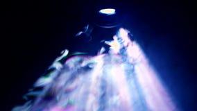 Donkere bioskoop, werkende lens van projector in rook Hoogste mening stock footage