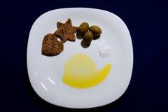 Donkere brood, olijven en olijfolie, snuifje van zout Royalty-vrije Stock Fotografie