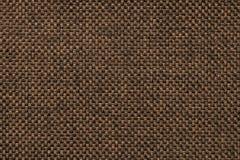 Donkere bruine achtergrond van dichte geweven in zakken doende stof, close-up Structuur van de textielmacro stock afbeeldingen