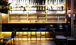 Donkere bruine bovenkant van bar en vrije ruimte voor uw glas Stock Foto's
