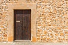 Donkere bruine houten deur Stock Afbeeldingen