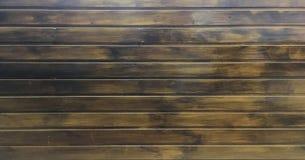 Donkere bruine zachte geverniste houten textuuroppervlakte als achtergrond Grunge waste houten het patroon hoogste mening van de  Stock Foto's