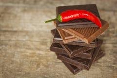 Donkere chocolade en rode Spaanse peperpeper Verkopende kruidige chocolade Gekke smaak Stock Fotografie