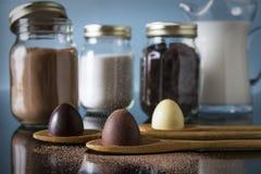 Donkere Chocolade, Melkchocola en de Witte Truffels van het Chocoladedessert Stock Afbeeldingen