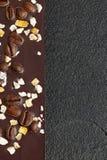 Donkere chocolade met koffiebonen en vruchten op donkere steenachtergrond Voorbereidingen getroffen voor de Dag van de Wereldchoc Stock Foto
