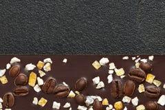 Donkere chocolade met koffiebonen en vruchten op donkere steenachtergrond Voorbereidingen getroffen voor de Dag van de Wereldchoc Royalty-vrije Stock Foto's