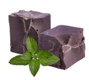 Donkere chocolade met munt op een wit Royalty-vrije Stock Foto's