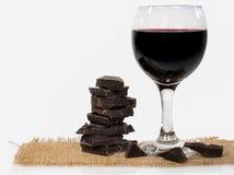 Donkere chocolade met rode wijn in glas Stock Afbeeldingen