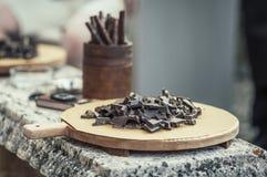 Donkere chocolade op een dienblad stock afbeeldingen