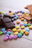 Donkere chocolade op houten lijst met suikergoed Royalty-vrije Stock Afbeeldingen