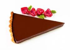 Donkere chocoladecake De plak van de cake van de chocoladelaag met rood is Stock Afbeelding