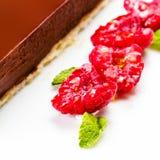 Donkere chocoladecake De plak van de cake van de chocoladelaag met rood is Royalty-vrije Stock Foto's