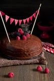 Donkere chocoladecake met rode vlaggen stock afbeeldingen