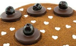 Donkere chocoladepralines met geglaceerde kersen op de achtergrond van de gerstkoffie Royalty-vrije Stock Foto