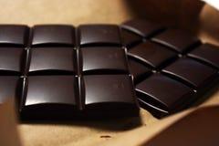 Donkere chocoladereep in pak backround royalty-vrije stock foto's