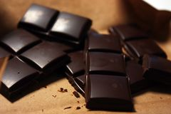 Donkere chocoladereep in pak backround stock fotografie