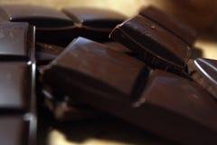 Donkere chocoladereep in pak backround stock foto's