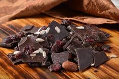 Donkere chocoladeschors met Amerikaanse veenbes royalty-vrije stock afbeelding