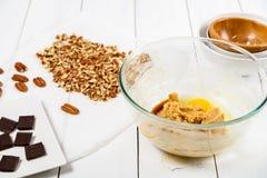 Donkere Chocoladestukken en Pecannootnoten voor de Koekjesrecept van de Pecannootchocolade Stock Fotografie