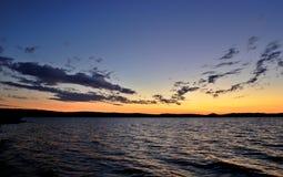 Donkere Cirruswolken bij zonsondergang over het meer Royalty-vrije Stock Foto